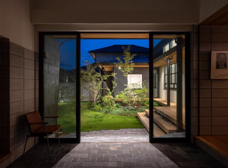 夜の中庭(玄関より)