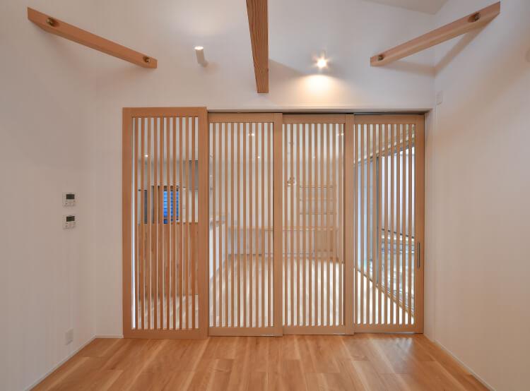 木の格子のドア